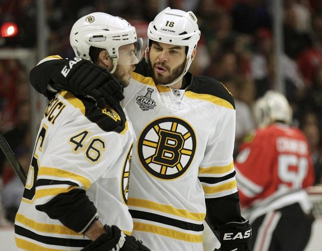 Útočník Bostonu David Krejčí (vlevo) se raduje s Nathanem Hortonem z první branky proti Chicagu.