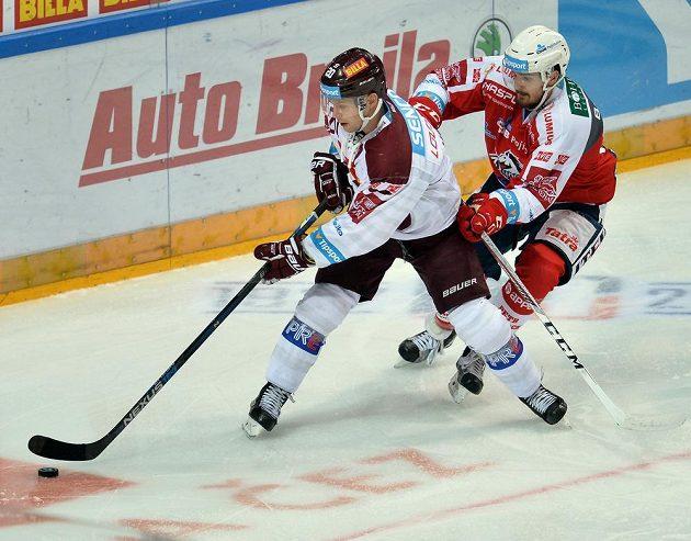 Sparťanský útočník Petr Vrána (vlevo) a pardubický obránce Jan Ščotka v zápase 15. kola hokejové Tipsport extraligy.