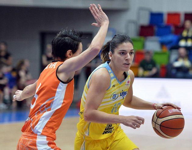 Basketbalistka Schia Giorgia Sottanaová (vlevo) a Marta Xargayová z USK během odvety čtvrtfinále Evropské ligy.