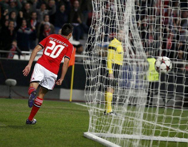 Nicolas Gaitan z Benfiky se raduje z gólu, který vstřelil Paris Sait-Germain.