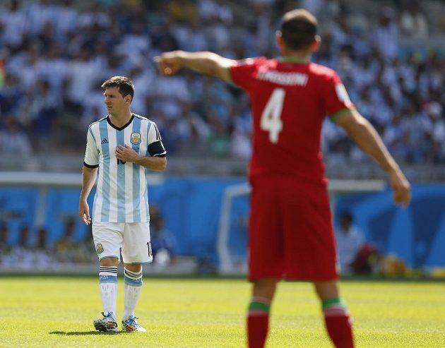 Argentinská hvězda Lionel Messi (vlevo) se koncentruje před výkopem utkání prot Íránu.