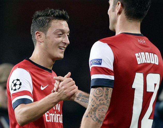 Olivier Giroud blahopřeje Mesutu Özilovi (vlevo) k premiérové brance v dresu Arsenalu.
