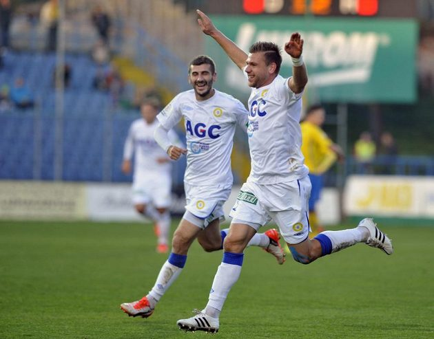 Admir Ljevakovič a Radim Breite (vpředu) z Teplic se radují z gólu proti Zlínu.