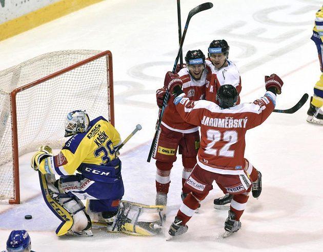 Hokejisté Olomouce se radují z vyrovnávacího gólu.