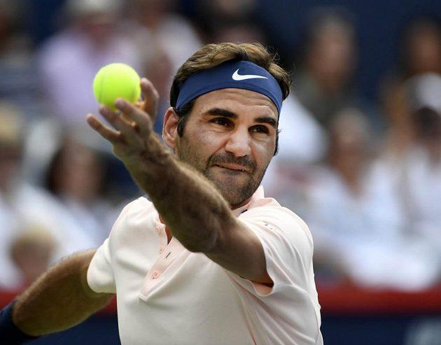 Švýcar Roger Federer při servisu v semifinálovém zápase turnaje ATP v Montrealu.