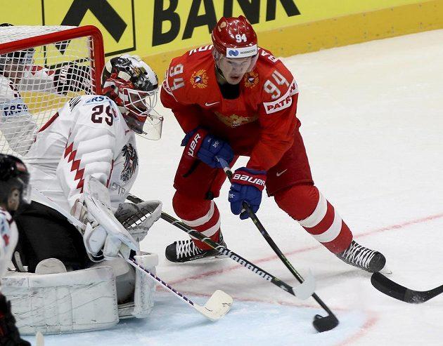 Ruský hokejista Aleksandr Barabanov před brankou Rakušanů.