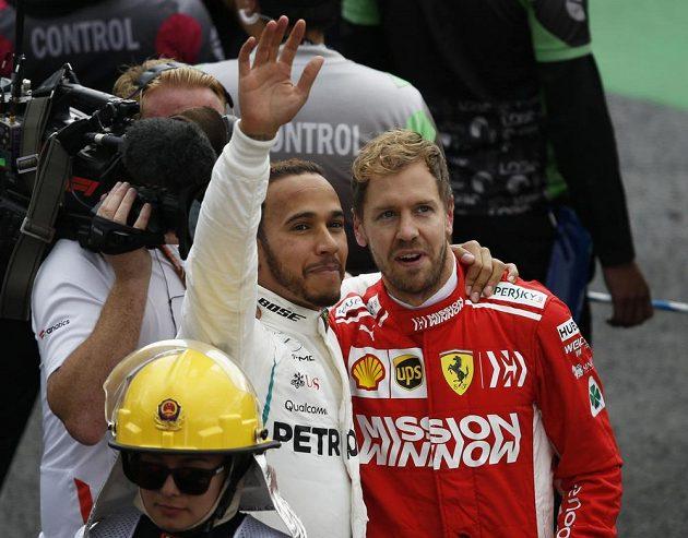 Lewis Hamilton ze svým největším rivalem Sebastianem Vettelem z Ferrari zdraví fanoušky po GP Mexika.