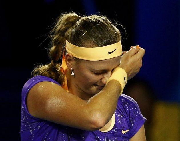 A taky že ne. Jindy rozesmátá a nezlomná Petra Kvitová opouštěla kurt i celý turnaj v slzách a připravovala se na ostrou kritiku fanoušků.