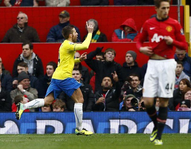 Yohan Cabaye z Newcastlu se raduje z gólu, který vstřelil Manchesteru United.