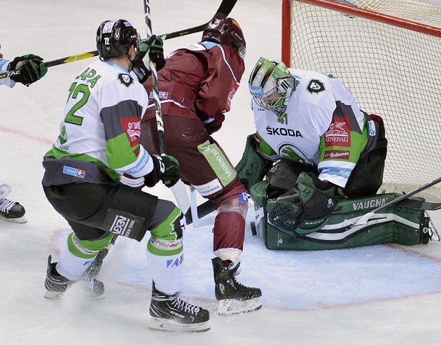 Hokejista Sparty Matěj Beran se prodral před brankáře Mladé Boleslavi Pavla Kantora. Zasáhnout se snaží Ondřej Dlapa z Mladé Boleslavi.