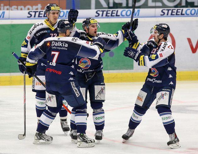 Vítkovický Rudolf Huna (uprostřed) se raduje se svými spoluhráči z gólu v utkání proti Mladé Boleslavi.