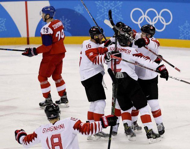 Kanaďané slaví gól Chrise Kellyho.