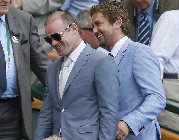 Anglický fotbalista Wayne Rooney a herec Gerard Butler před finále Wimbledonu.