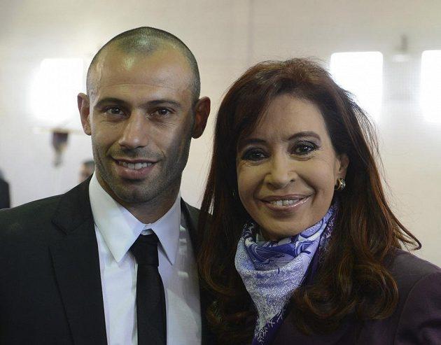 Záložník Javier Mascherano s prezidentkou Cristinou Fernandezovou.
