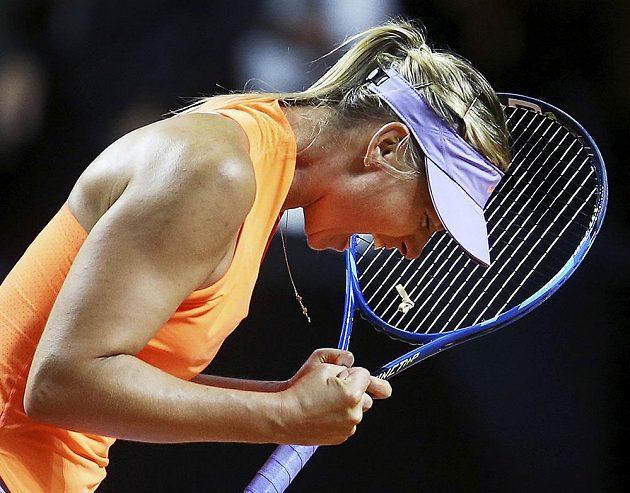 Ruská tenistka Maria Šarapovová je zpátky. Po patnácti měsících, kdy pykala za doping, vyhrála na turnaji v německém Stuttgartu nad Italkou Robertou Vinciovou po setech 7:5 a 6:3.