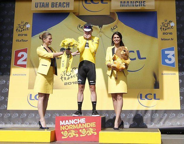 Brit Mark Cavendish se raduje z vítězství v první etapě letošního ročníku Tour de France.