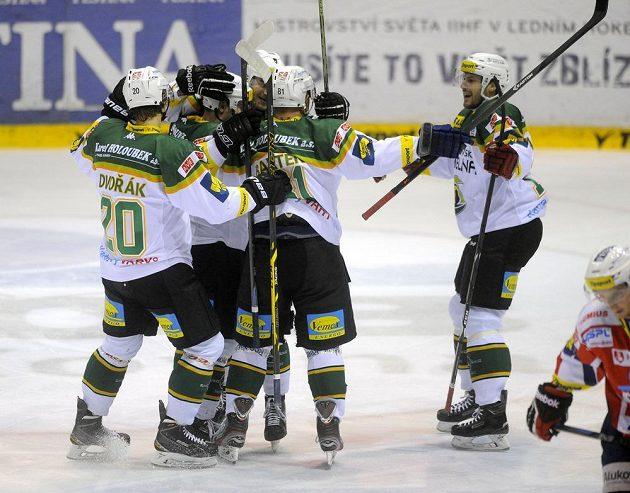 Hráči Karlových Varů se radují z gólu na ledě Pardubic.