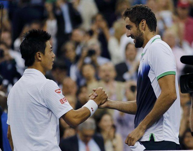 Marin Čilič (vpravo) si podává ruku s Keiem Nišikorim po skončení finálového zápasu US Open.