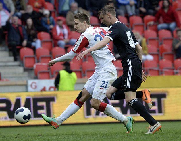 Milan Škoda ze Slavie (vlevo) dává gól proti Českým Budějovicím. Vpravo jej marně stíhá Pavel Novák z Dynama.