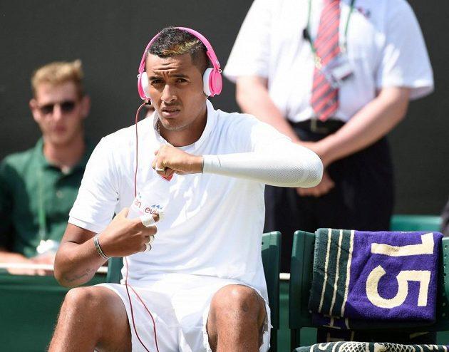 Výstřední Australan Nick Kyrgios si v All England Clubu nasadil na hlavu růžová sluchátka...