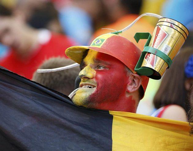 Belgický fanoušek v pestrém přestrojení.