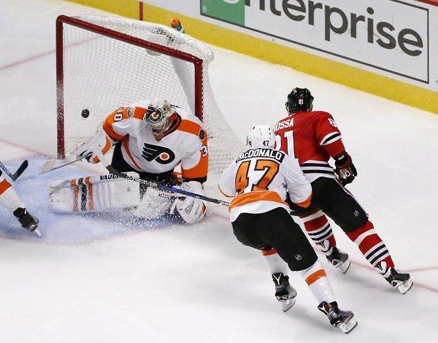 Marián Hossa (vpravo) překonává Michala Neuvirtha v brance Philadelphie a dává svůj pětistý gól v kariéře v NHL.