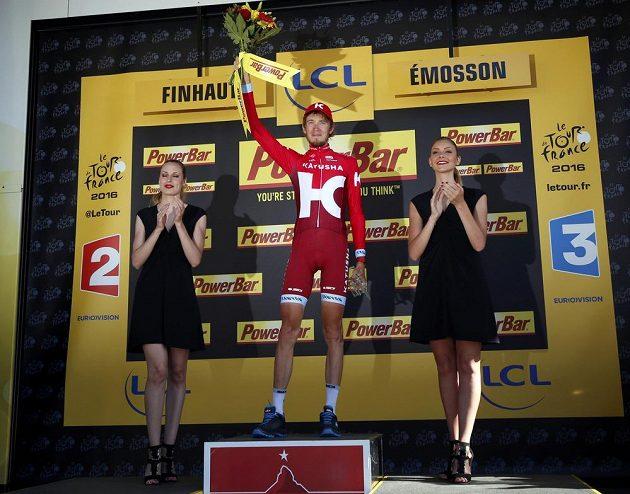 Rus Ilnur Zakarin slaví vítězství v sedmnácté etapě Tour de France.
