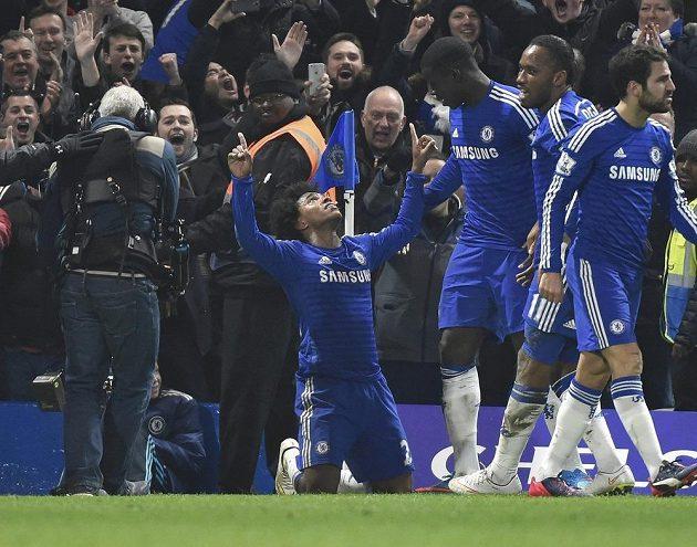 Záložník Chelsea Willian (vlevo) se raduje se spoluhráči ze vstřelení vítězného gólu proti Evertonu.