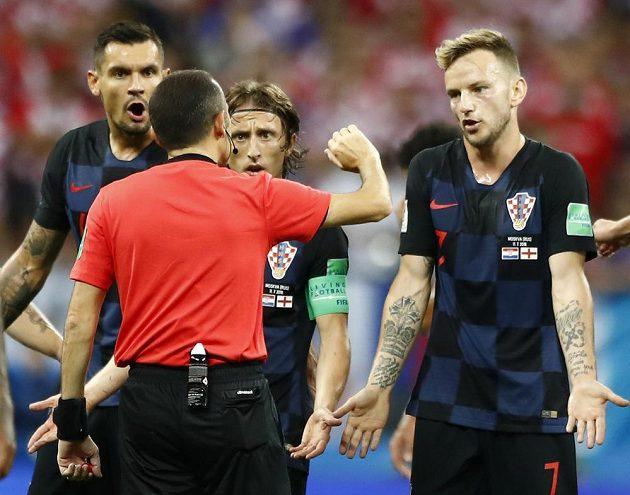 Chorvat Ivan Rakitič se spoluhráči diskutují s rozhodčím v semifinále MS, kdy byla jejich soupeřem Anglie.