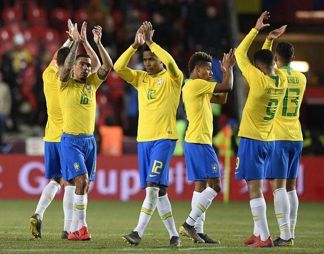 Hráči Brazílie děkují divákům po skončení zápasu.