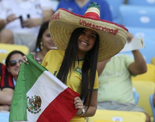 Mexická fanynka v brazilském dresu s klasickým sombrerem.