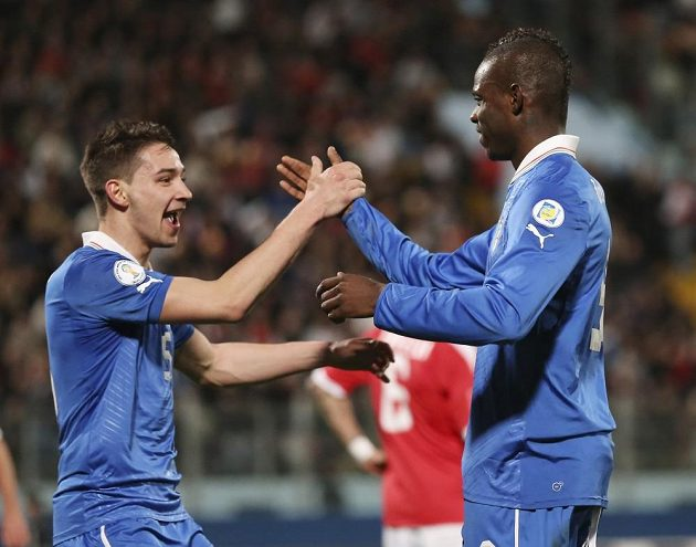 Italští reprezentanti Mario Balotelli (vpravo) a Mattia De Sciglio se radují z gólu proti Maltě.