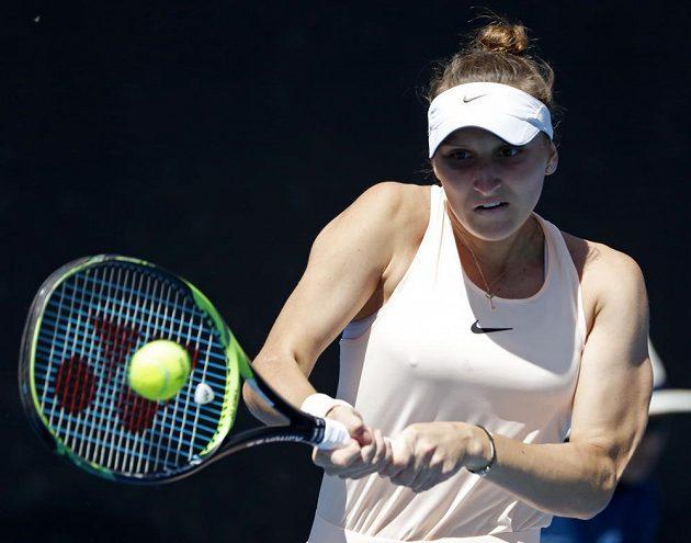 Česká tenistka Markéta Vondroušová při premiéře v hlavní soutěži na Australian Open vyhrála nad Kurumi Naraovou 7:5 a 6:4.