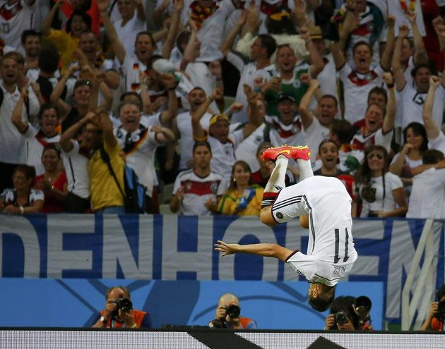 Německý kanonýr Miroslav Klose oslavuje svou 15. trefu na světových šampionátech, kterou vyrovnal historické maximum Brazilce Ronalda.