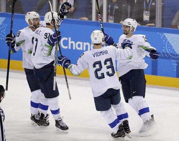 Hokejisté Slovinska se radují z gólu proti USA.