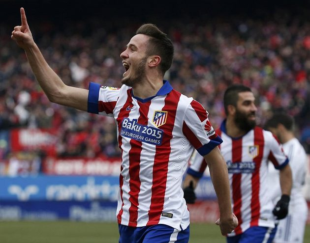 Fotbalista Atlétika Madrid Saul Niguez slaví gól proti Realu Madrid.