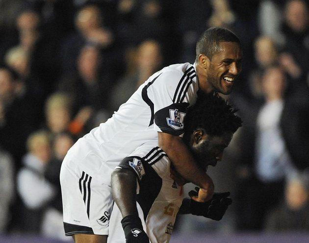 Bony Wilfried (vpravo) se raduje se spoluhráčem Waynem Routledgem z branky do sítě Stoke.