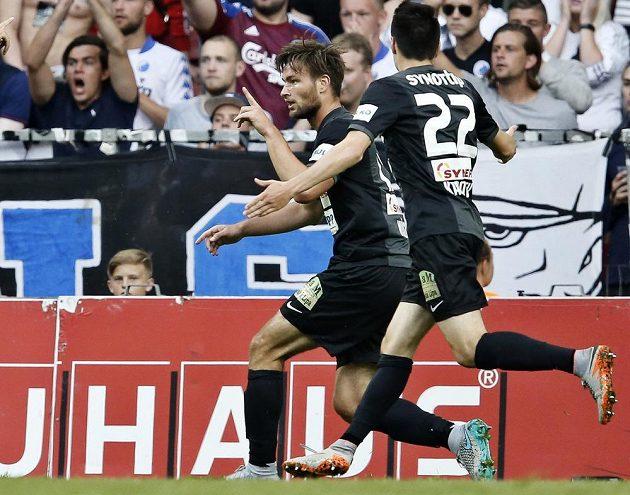 Jablonecký útočník Tomáš Wágner (vlevo) oslavuje svoji trefu proti Kodani s obráncem Vjačeslavem Karavajevem.