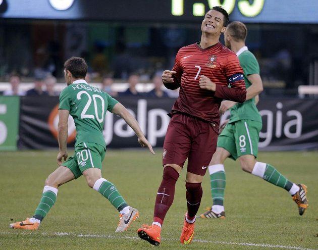 Cristiano Ronaldo lituje zmařené šance v utkání proti Irsku.