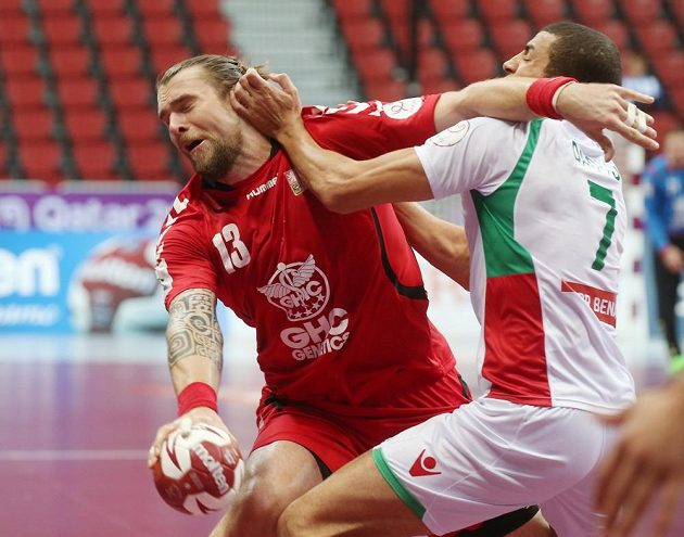 Bráněný Pavel Horák v duelu s Alžírskem.