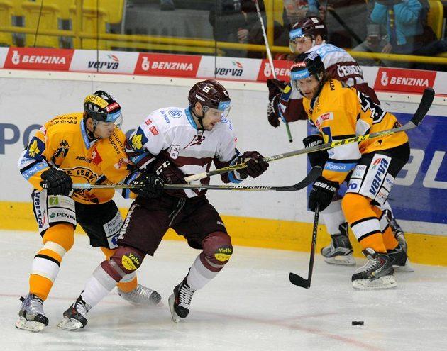 Litvínovský obránce Tomáš Frolo (vpředu vlevo) a sparťanský útočník Lukáš Cingel v zápase 6. kola hokejové Tipsport extraligy.