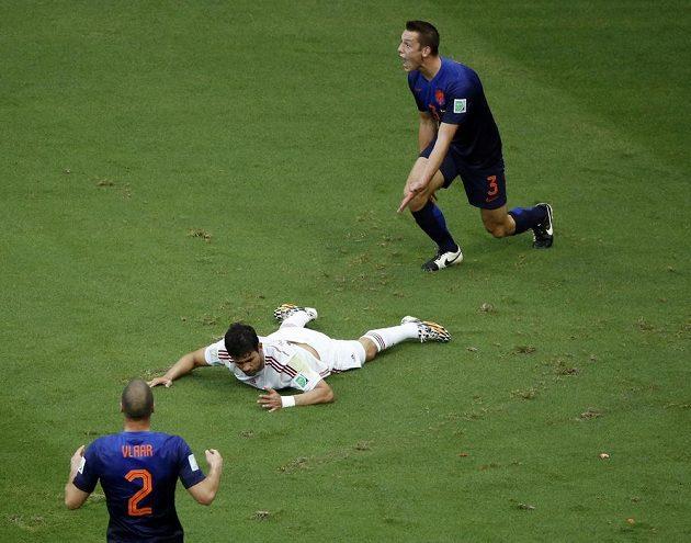 Nizozemský obránce Stefan de Vrij (3) se diví. Sudí Nicola Rizzoli nařídil penaltu poté, co se Diego Costa ocitl na zemi.