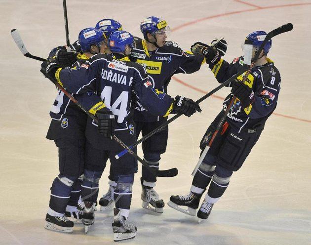 Kladenští hokejisté se radují z druhého gólu proti Olomouci.