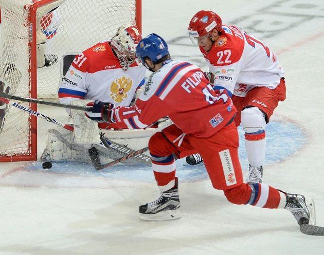 Český útočník Tomáš Filippi (41) dotírá na ruského brankáře Ilju Sorokina (31).