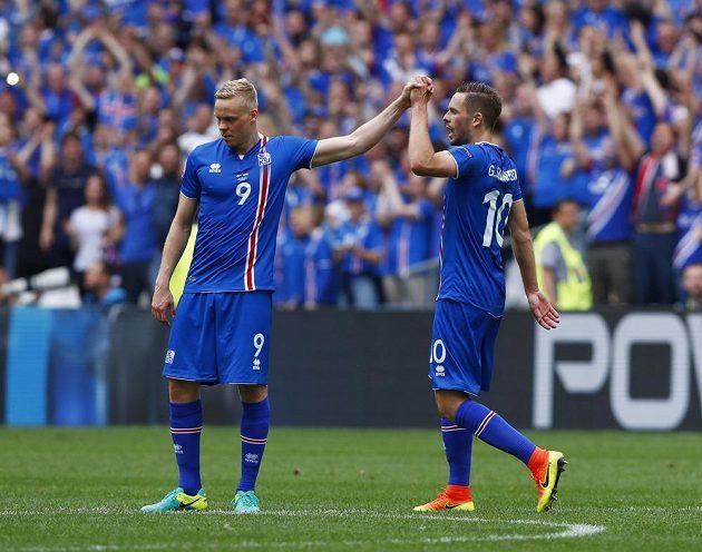 Autor gólu Gylfi Sigurdsson (10) a Kolbeinn Sigthorsson se radují. Island po proměněné penaltě vedl nad Maďarskem.