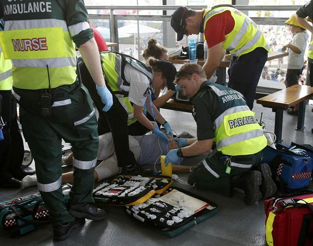Lékaři ošetřují v Melbourne Parku jednoho z fanoušků při Australian Open.