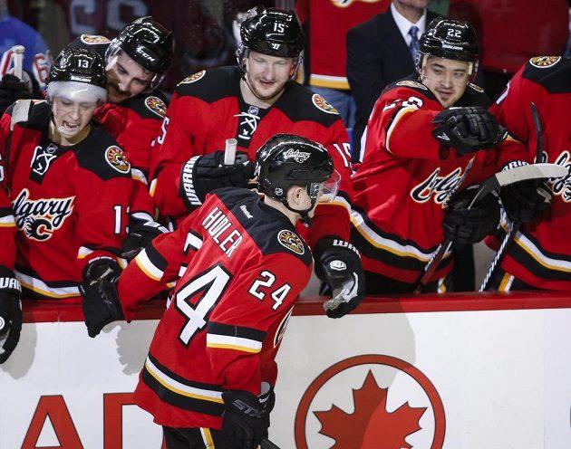 Jiří Hudler přijímá gratulace od spoluhráčů z Calgary za proměněný nájezd v zápase proti Devils.