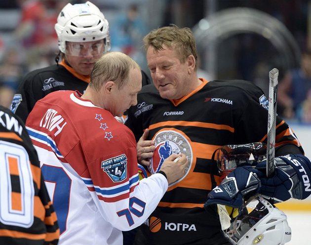 Ruský prezident Vladimir Putin rozdával po exhibici v Soči autogramy i na dresy soupeřů.