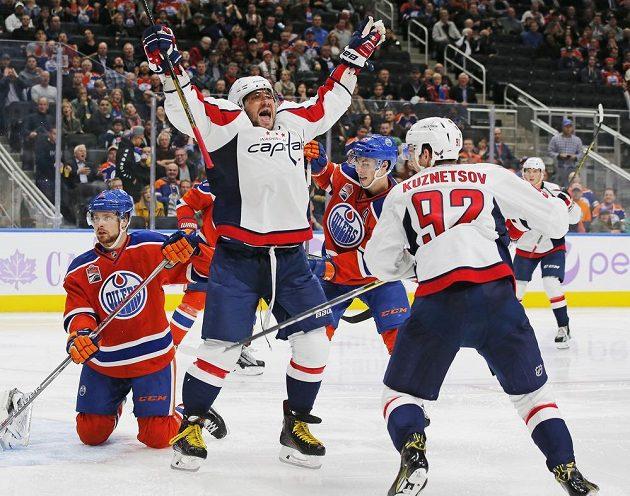 Ruský kapitán Washingtonu Alexandr Ovečkin oslavuje svoji trefu proti Edmontonu.