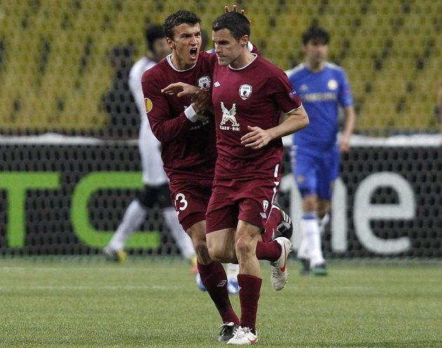 Fotbalisté Kazaně Roman Eremenko a Pablo Orbaiz slaví gól spoluhráče Ivana Marcana v odvetětě čtvrtfinále EL proti Chelsea.